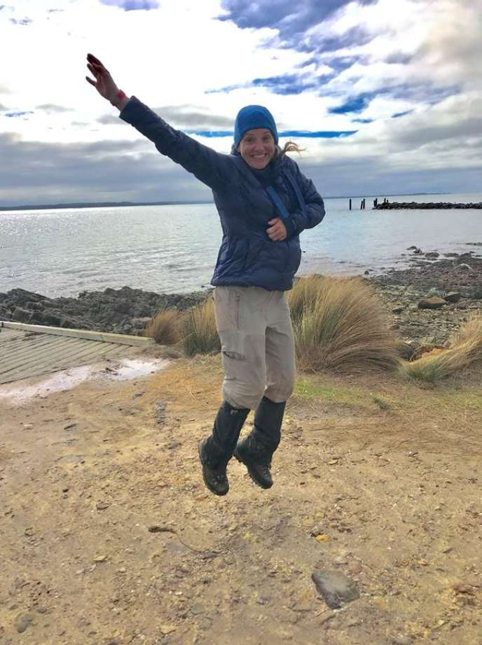 Sarah Marquis à l'arrivée de trois mois d'expédition en Tasmanie, heureuse, mais avec une épaule cassée...