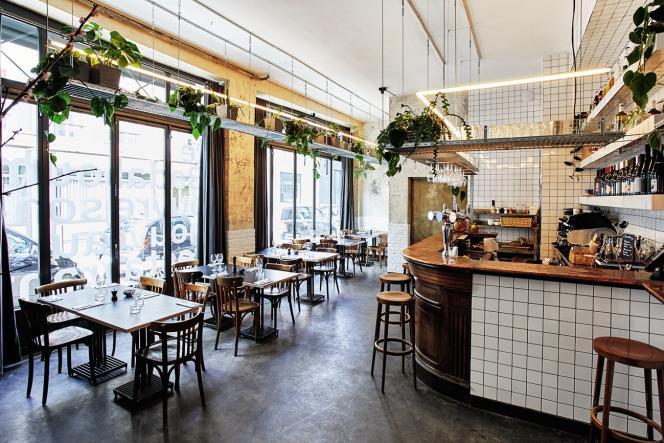 Le décor du restaurant Badaboum c'est un peu de béton, des briques peintes, du carrelage blanc derrière un bar en bois.