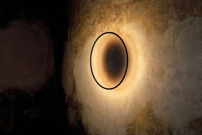L'applique Eclipse, du designer Tilen Sepic, projette sur le mur la forme de la Lune.