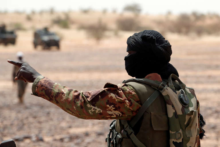 Soldat des forces armées maliennes lors d'une patrouille conjointe avec les militaires français de l'opération « Barkhane», en octobre 2017, à Tassiga, dans l'ouest du Mali.