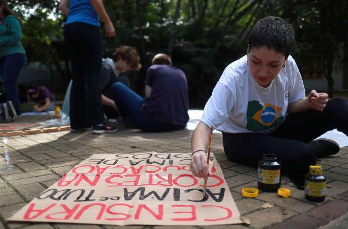 Une étudiante de Sao Paulo prépare une pancarte avant de se rendre à une manifestation contre les réductions prévues des budgets de l'enseignement supérieur au Brésil, le 15 mai 2019.
