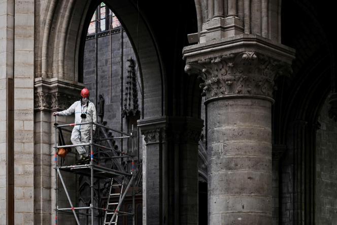 Un ouvrier sur le chantier de la cathédrale Notre-Dame, à Paris, le 15 mai.