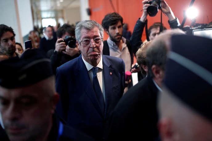 Patrick Balkany entouré de journalistes au tribunal de Paris, le 13 mai.