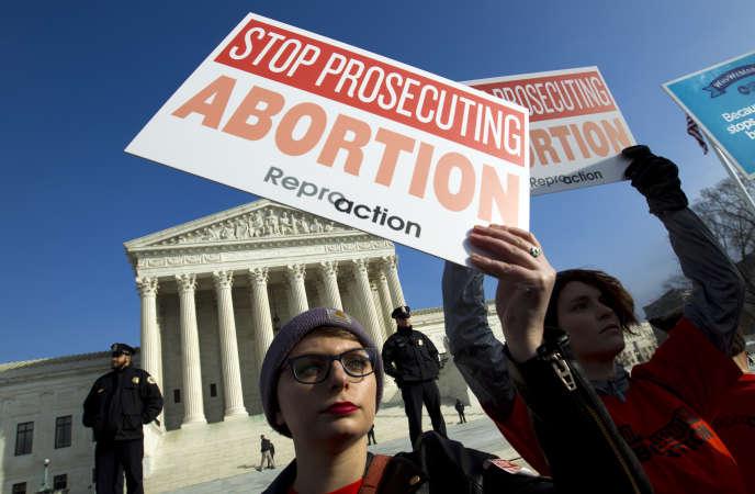 Des activistes pro-choix devant la Cour suprême américaine à Washington, le 18 janvier.