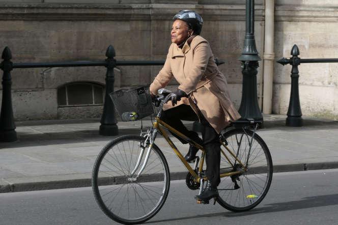 L'ancienne ministre de la justice Christian Taubira, à vélo et avec un casque, le 19 mars 2014.