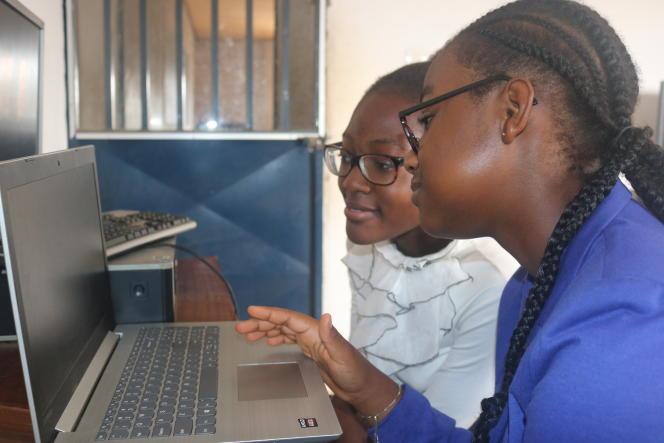Les lycéennes Ekinde Mekolle Muke etJoyce Lesley Forkou Djuiko, cofondatrices avec deux autres camarades, de Hemo, une application en anglais qui met en relation patients et donneurs de sang.