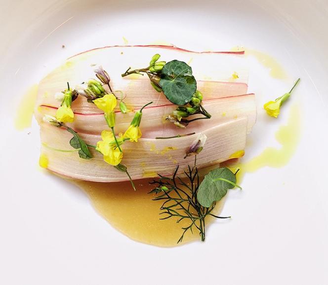 Tranches de maquereau cru et lamelles translucides d'asperges blanches et de rhubarbe.