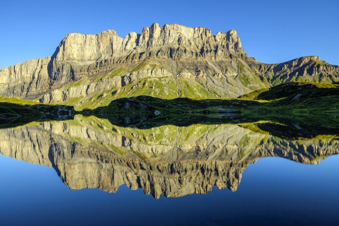 La falaise de Fiz et son reflet dans le Lac Noir de Pormenaz, en Haute-Savoie. Cette falaise représente plus de 100 Ma de dépôts sédimentaires, du jurassique jusqu'au début du tertiaire.