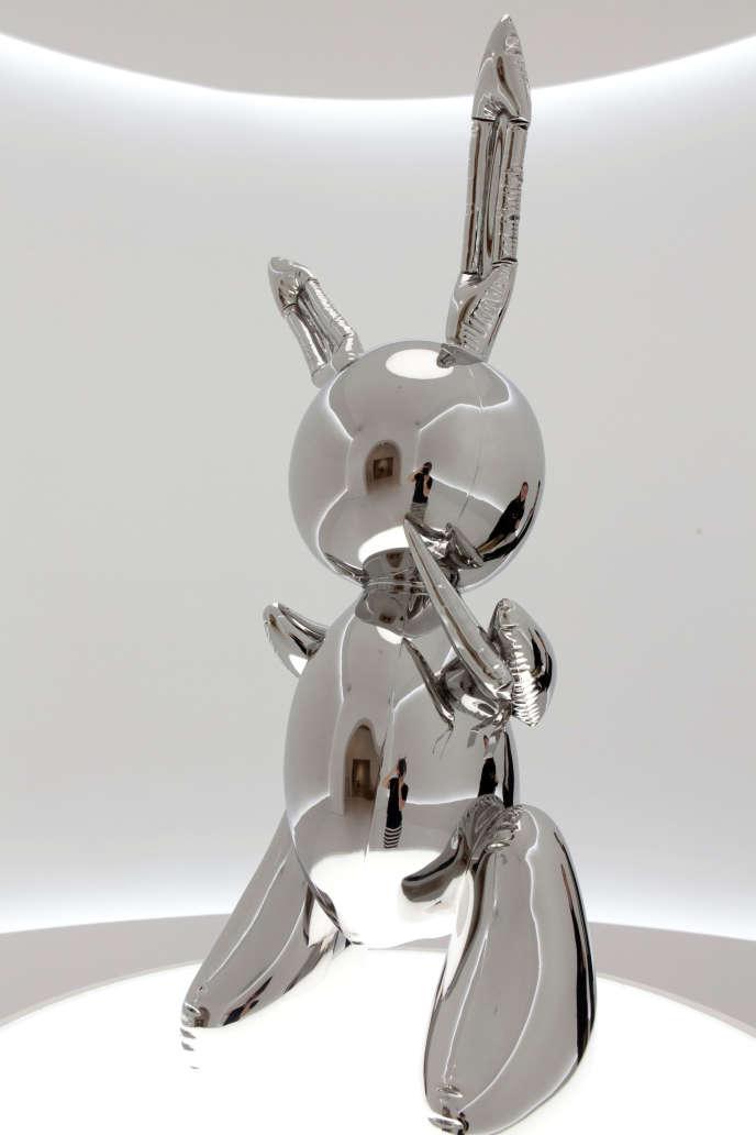 Une sculpture de 1986 «Rabbit» de l'artiste pop américain Jeff Koons à la vente aux enchères Christie's à New York, États-Unis, le 16 mai.