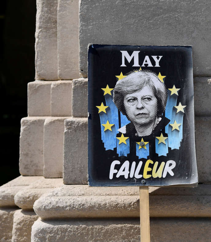 A sign denouncing the failure of Theresa May, abandoned in front of the British Parliament in London.