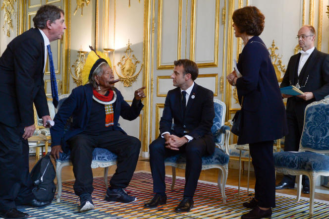 Le président français, Emmanuel Macron, rencontre le chef indigène brésilien Raoni Metuktire au Palais de l'Elysée, à Paris, le 16mai2019.