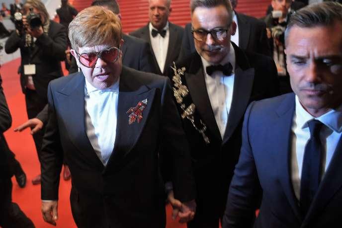Elton John (à gauche) et son mari David Furnish, sur le tapis rouge à Cannes, le 16 mai.