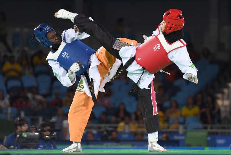 L'Ivoirienne Ruth Gbagbi (ici à gauche face à l'Egyptienne Seham El Sawalhy) a décroché la médaille de bronzede taekwondo dans la catégorie des moins de 67 kg lors des JO de 2016 à Rio de Janeiro.