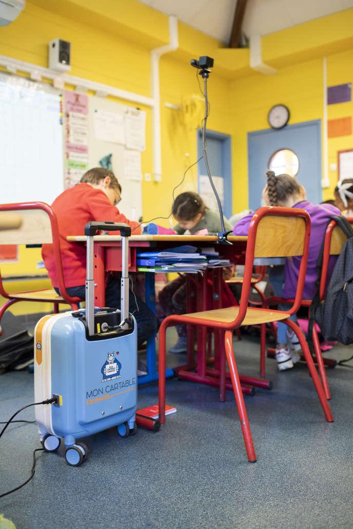 Quand il ne peut pas sortir de chez lui, ou est bloqué à l'hôpital Gustave-Roussy de Villejuif (Val-de-Marne), Nolann garde sa place dans la classe, à l'écoleEmilie du Châtelet (Massy). Le cartable connecté posé à côté de sa chaise lui permet de suivre la vie de la classe à distance. Depuis la rentrée de septembre Nolann (10 ans) atteint d'un neuroblastome peut suivre ses cours à l'aide du cartable connecté.