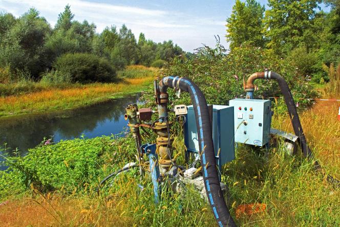 Pompage de l'eau du gave de Pau, une rivièredu Sud-Ouest, pour l'arrosage de cultures de maïs.