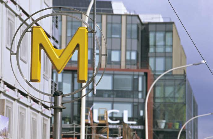 Le siège social de la banque LCL à la sortie du métro Villejuif / Léo Lagrange.