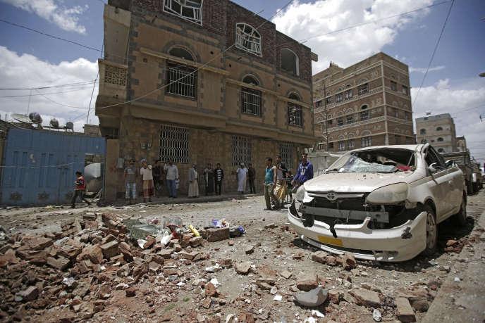 Des habitants de Sanaa, capitale du Yémen,après une frappe aérienne menée par une coalition saoudienne, le 16mai2019.