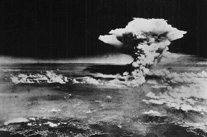 Le champignon atomique au-dessus d'Hiroshima, le 6 août 1945, pris de l'avion qui a largué la bombe.