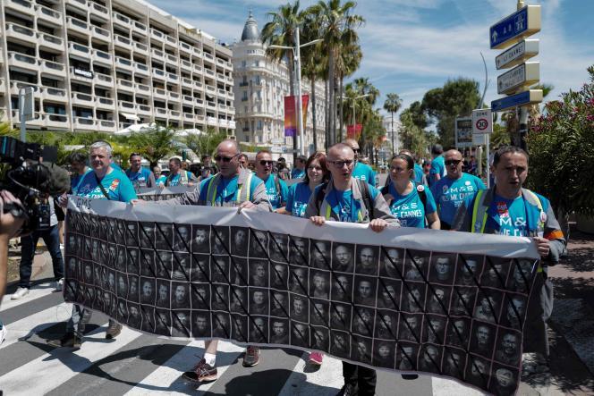 Des salariés et ex-salariés de l'équipementier automobile GM&S défilent sur la Croisette, à Cannes, le 16 mai.
