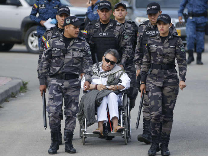 L'ancien chef des FARC Seuxis Hernandez, alias Jesus Santrich, à la sortie de la prison de Bogota, vendredi 17 mai.