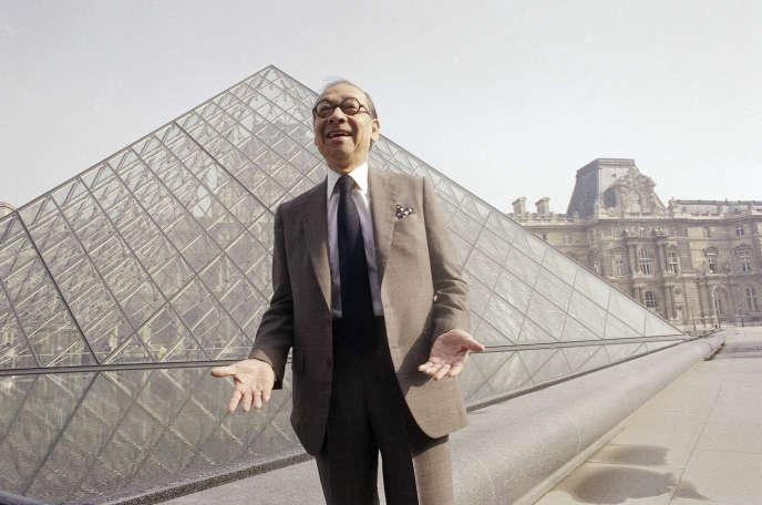 L'architecte Ieoh Ming Pei devant la pyramide du Louvre à Paris, en mars 1989.