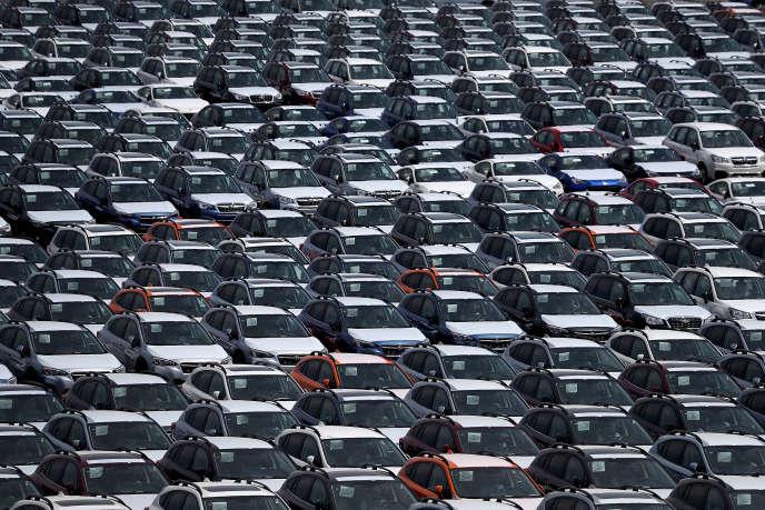 Des automobiles sont garées sur le parking de l'Auto Warehousing Company située près du port de Richmond, en Californie, 24 mai 2018.