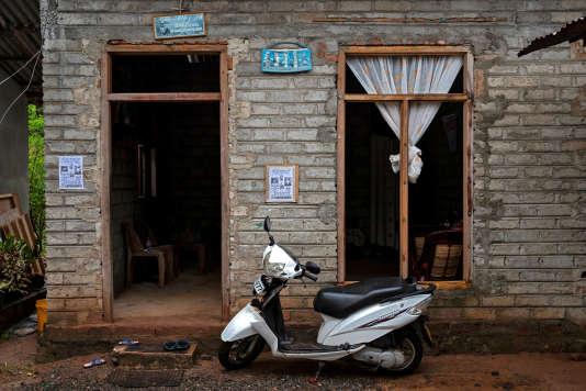Un scooter garé devant la maison en construction de Lahiru Prasanga Fernando, 34 ans, et sa femme, Diliini Sangeewani, 34 ans, à Negombo, le 1er mai.