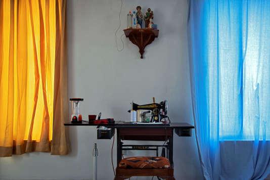 La machine à coudre de Kritika, 49 ans, à Negombo, le 30 avril.« Elle était en train de nous faire de nouveaux rideaux», dit son mari.