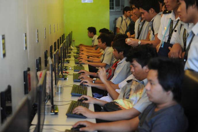 Dans un cybercafé de Manille, en 2014.