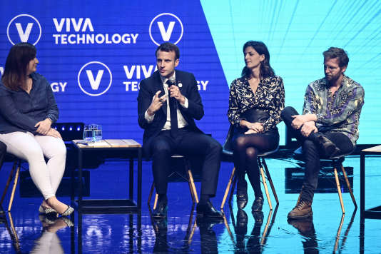 Emmanuel Macron débat avec les PDG des entreprises françaises Frichti, Flora Coleman (à sa droite), et Vinted, Thomas Plantenga, lors du salon VivaTech, jeudi 16 mai, à Paris.