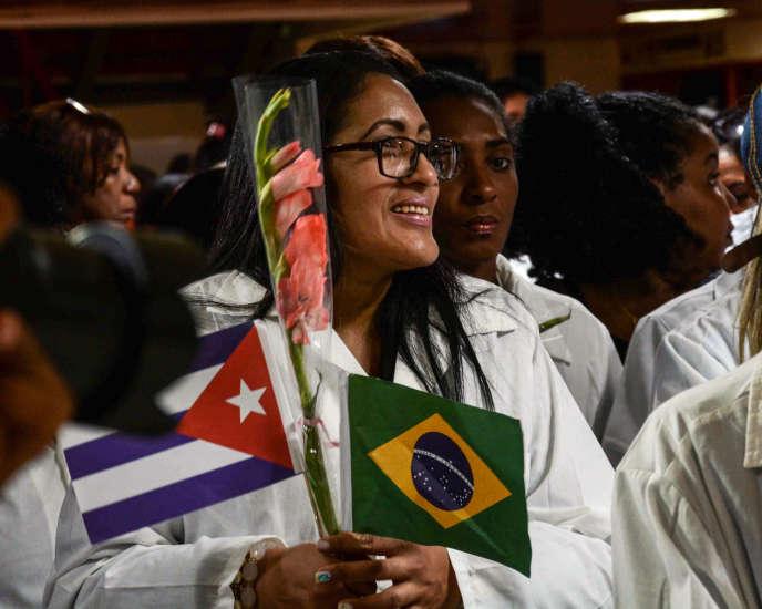 Des médecins cubains de retour du Brésil, en novembre 2018.