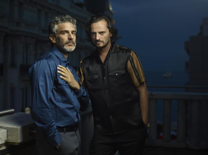 L'acteur espagnol Asier Etxeandia et l'acteur argentin Leonardo Sbaraglia, sur la terrasse de l'hôtel 3.14 à Cannes,le 16 mai.