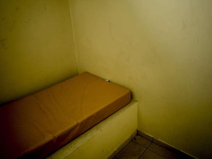 Matelas dans la cellule d'isolement lors d'une visite du Centre de Retention Adminisrative du Mesnil-Amelot, le 6mai.