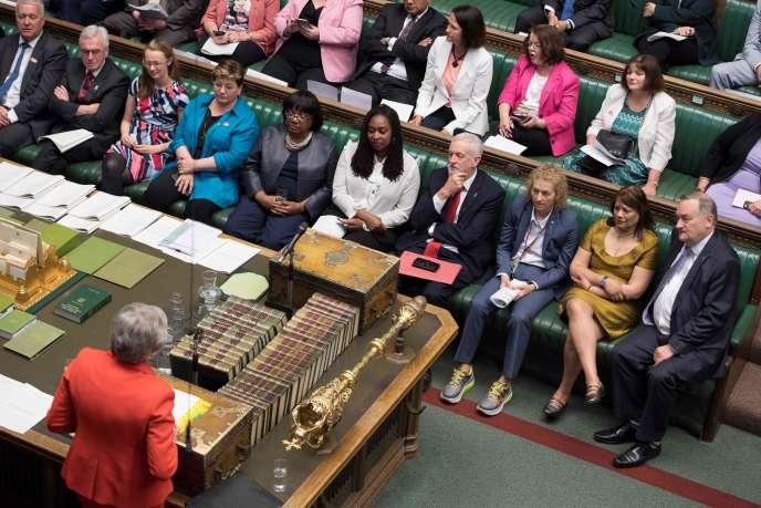 La première ministre britannique, Theresa May, à la Chambre des communes à Londres, le 15 mai.