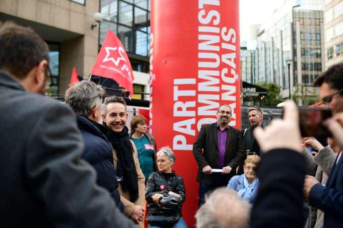 Ian Brossat, tête de liste du PCF aux européennes, devant les locaux de la chaîne CNews à Boulogne-Billancourt, le 8 avril.