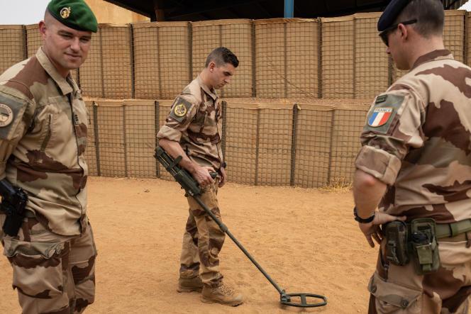 Une démonstration de recherche d'engins explosifs sur la base militairefrançaise de l'opération «Barkhane»à Gao (Mali), le 26 avril.