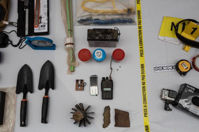 Des objets retrouvés sur le terrain sont analysés dans le laboratoire CIEL de «Barkhane», situé au camp de Gao, le 26 avril.A gauche se trouve le matériel utilisé par les militaires pour analyser et trouver ces échantillons.