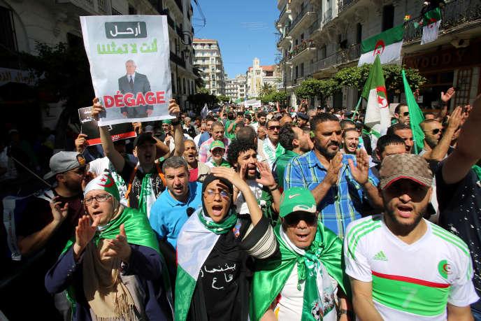 Vendredi 10 mai à Alger, on« vendredit ». Autrement dit, on manifeste contre le pouvoir en place le jour de la grande prière.