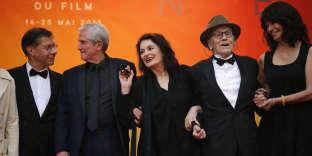 Antoine Sire, Claude Lelouch, Anouk Aimée, Jean-Louis Trintignant et Marianne Denicourt sur le tapis rouge du 72e Festival de Cannes, avant la projection du film«Les plus belles années d'une vie», hors compétition.
