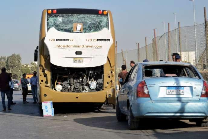 Les véhicules endomagés lors de l'explosion, près des pyramides de Gizeh, Egypte, le 19 mai 2019.