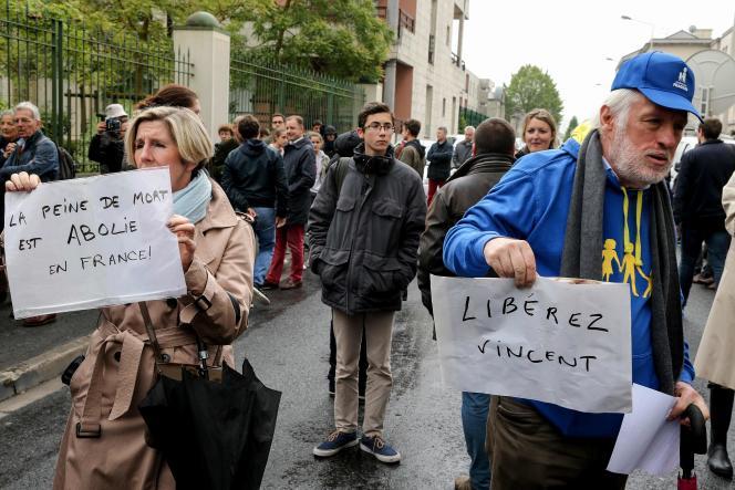 Rassemblement pour protester contre l'annonce de l'arrêt des soins prodigués àVincent Lambert, devant le CHU de Reims (Marne), le 19 mai.