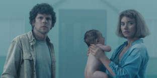 Jesse Eisenberg etImogen Poots dans« Vivarium», de Lorcan Finnegan.