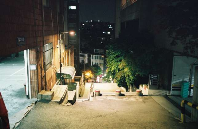 Une rue de Gangnam, la nuit.