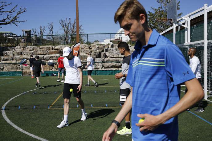 Pour les stars du tennis l'entraînement est gratuit. Pour les champions en herbe, il faut compter de 32000à 55000 euros l'année de tennis-études, et autour de 1500euros la semaine de stage.