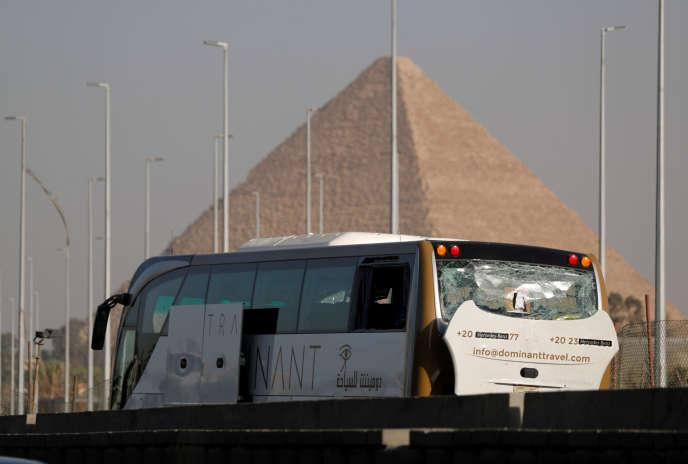 L'engin explosif a détoné au passage de cetautocar de tourisme,près des pyramides de Gizeh, au sud-ouest duCaire, le 19 mai.