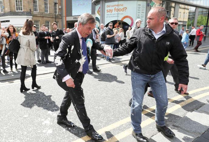 Nigel Farage, après avoir été visé par un jet demilkshake, le 20 mai àNewcastle.
