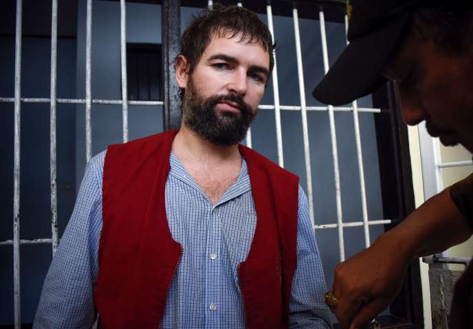 Félix Dorfin est escorté vers sa cellule le 20 mai après le verdict de condamnation à mort au tribunal de Mararam, sur l'île de Lombok (Indonésie).
