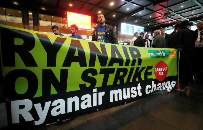 Des salariés de Ryanair débraient à l'aéroport de Charleroi Bruxelles-Sud, en septembre 2018. Sur la banderole, on peut lire : « Ryanair en grève. Ryanair doit changer. »