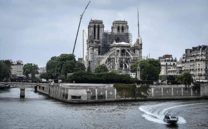 EmmanuelMacron a lancé le défi de reconstruire en cinq ansl'édifice emblématique, dont la charpente et la flèche ont été ravagées par le feu le 15 avril.