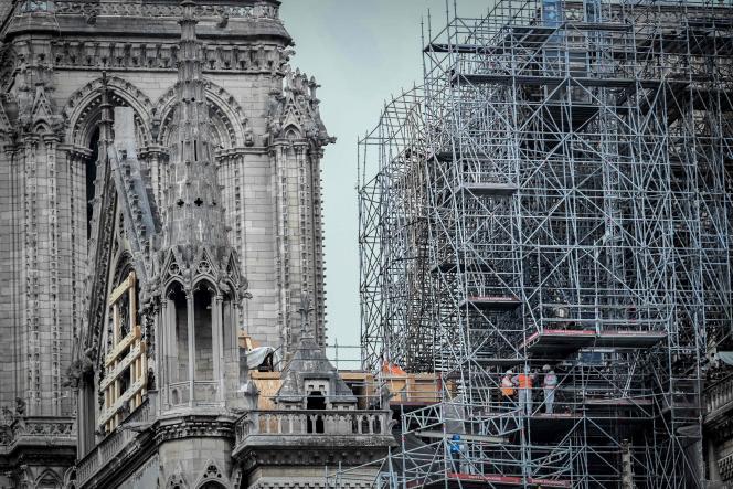 Ouvriers, techniciens, architectes sont à pied d'oeuvre sur le chantier de reconstruction de Notre-Dame de Paris, dévastée par un incendie le 15 avril.